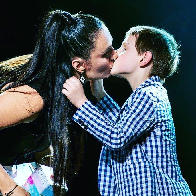 На Елену Ваенгу «набросились» за поцелуй в губы с сыном