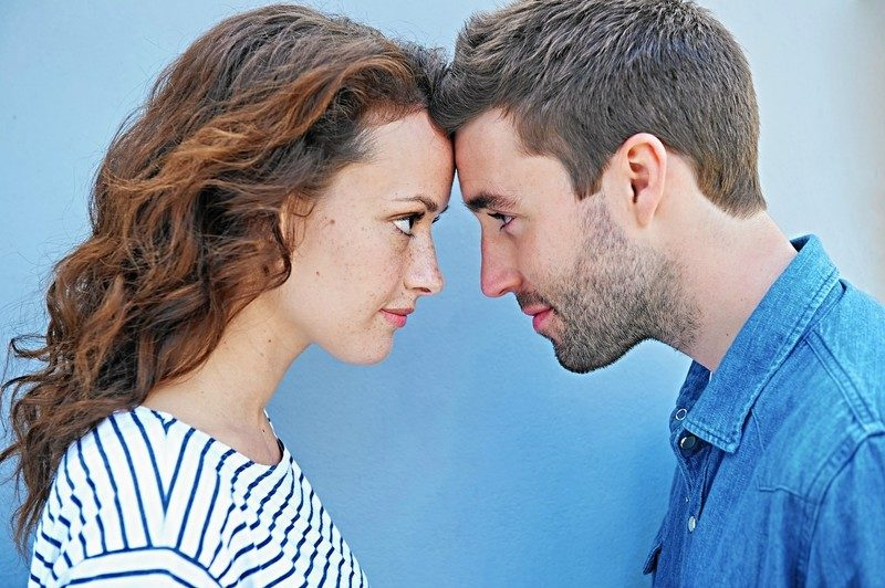 Девушка и парень смотрят друг на друга лоб в лоб
