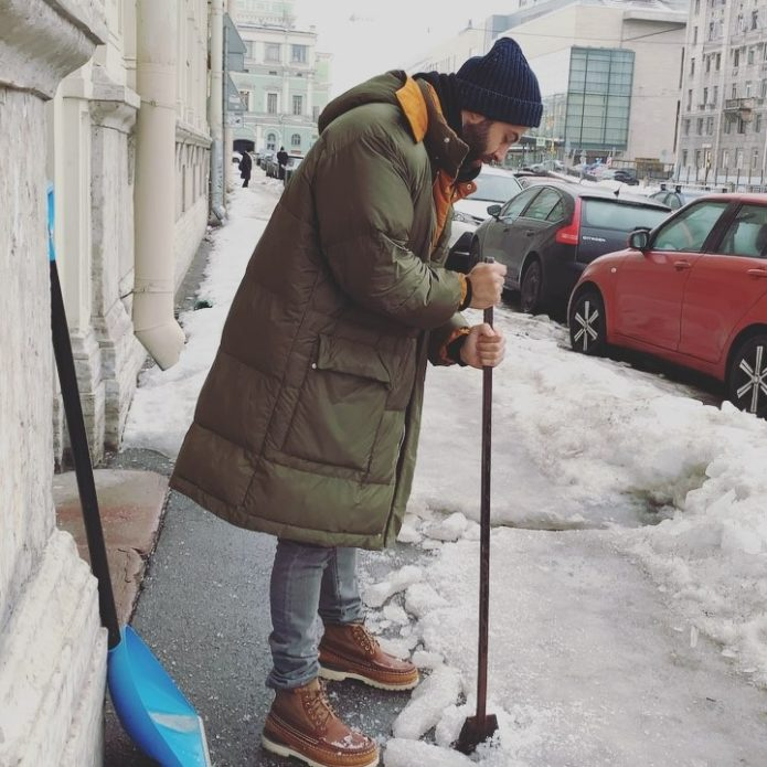 Ургант колол снег на улицах Петербурга