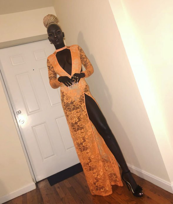 Ньяким Гатвеч в оранжевом кружевном платье