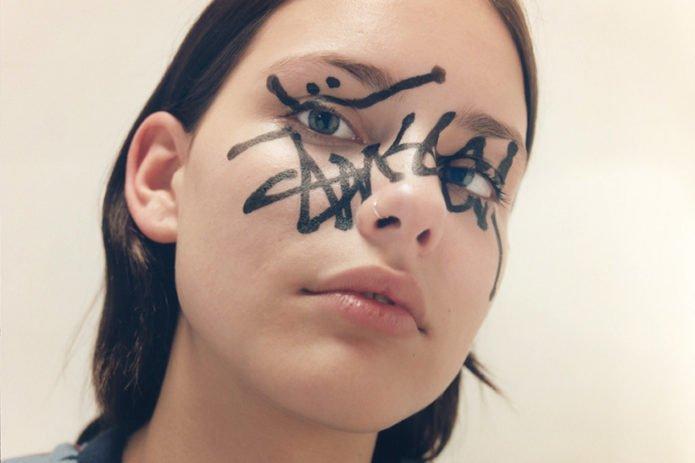 Моффи Гаторн Гарди с нарисованным автографом на лице