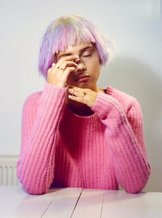 Моффи Гаторн Гарди с разноцветными волосами и в розовом джемпере