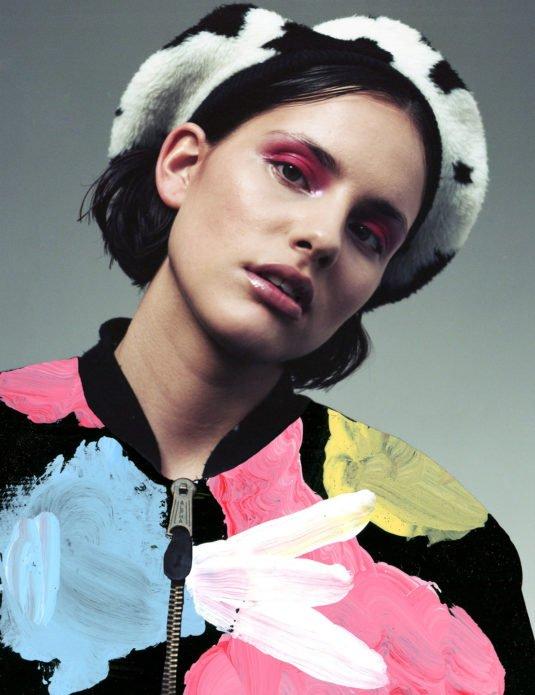 Фото Моффи Гартон Гарди в цветной одежде