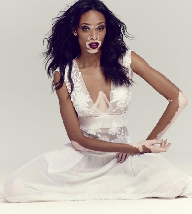 Шантель Браун-Янг в белом платье