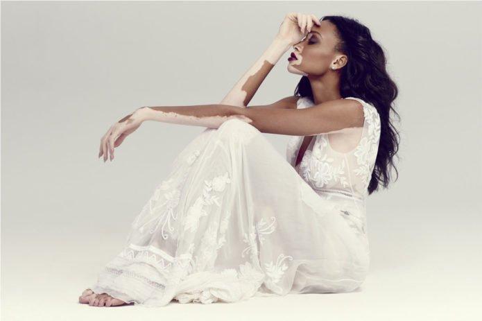 Модель Винни Харлоу в белом платье