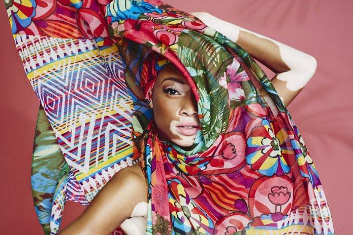 Фото Шантель Браун-Янг с цветной тканью