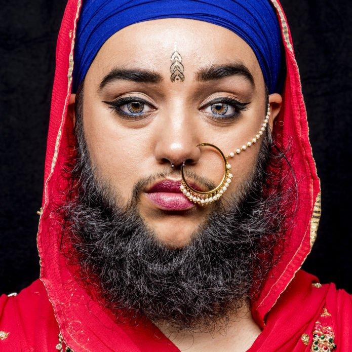 Харнаам Каур в синей чалме и красной накидке