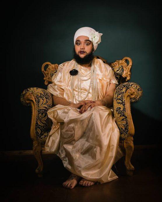 Харнаам Каур в резном кресле