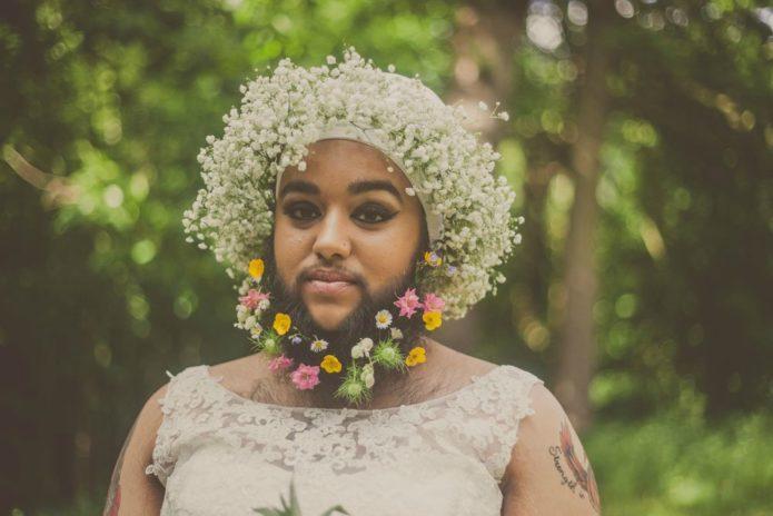 Харнаам Каур в венке из цветов