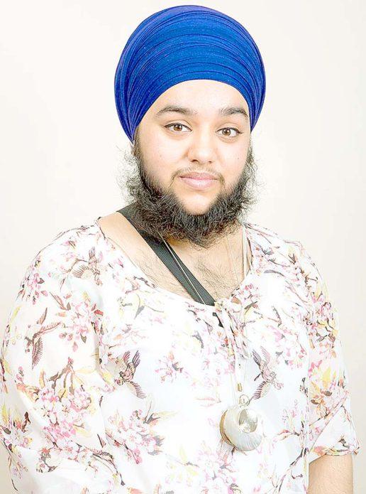 Харнаам Каур в блузке и чалме