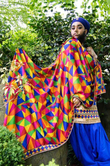 Харнаам Каур в цветной накидке на природе