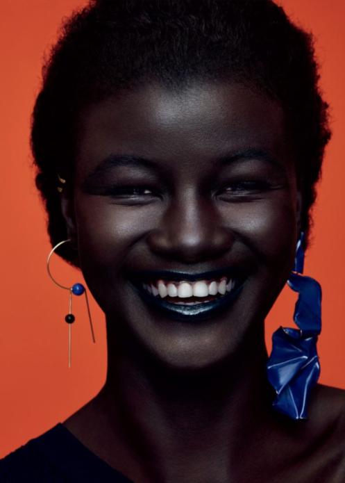 Портрет Худии Диоп на красном фоне