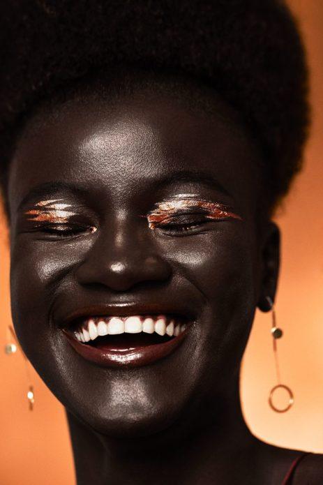 Худия Диоп с золотистым макияжем