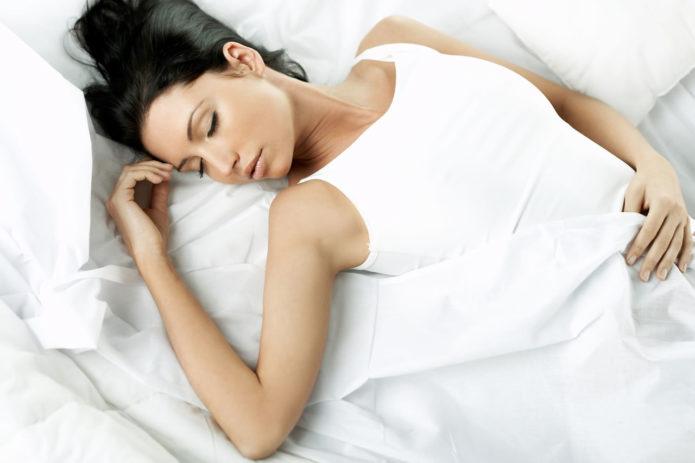 Девушка спит, лёжа на спине