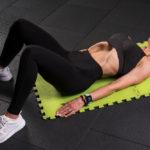 Женщина делает упражнение Вакуум