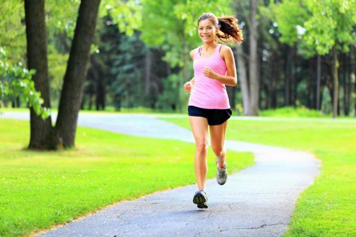 Девушка бежит по дорожке в парке