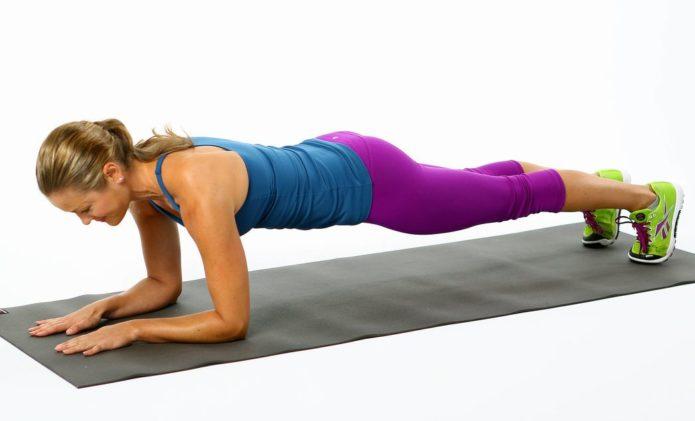 Женщина делает упражнение «Планка»