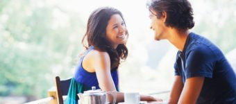 мужчина и женщина разговаривают