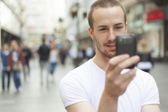 Мужчина смотрит в телефон
