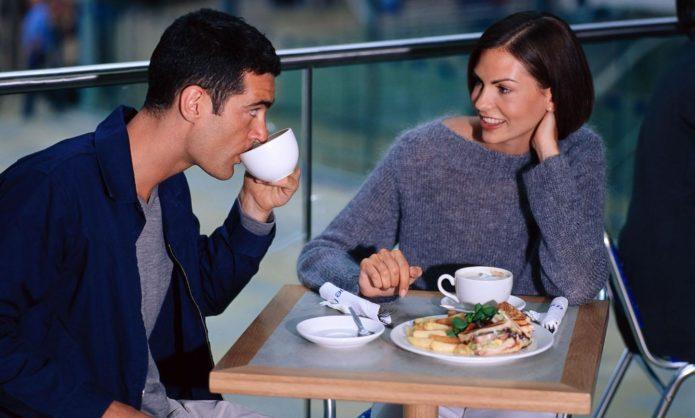 Женщина с мужчиной сидят в кафе