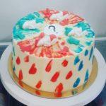Красно-синий торт, украшенный фигурками младенцев