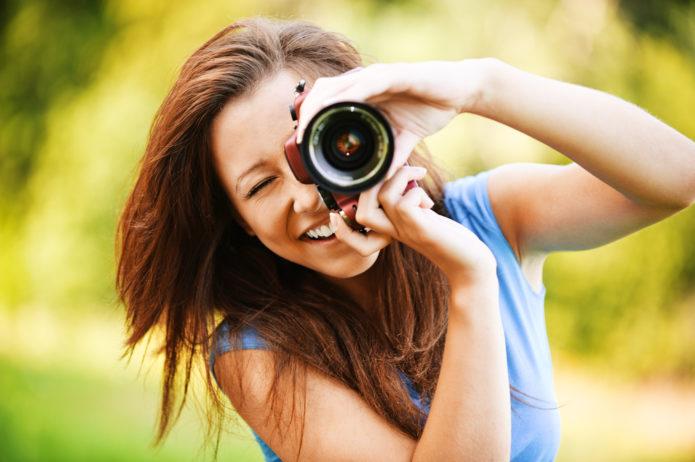 женщина с фотоаппаратом
