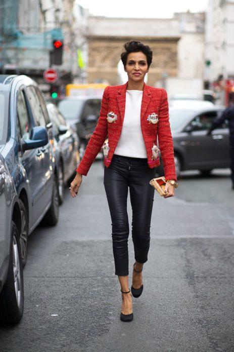 женщина в красном твидовом пиджаке, машины, проезжая часть