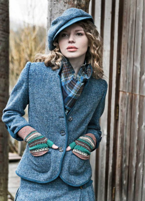 девушка в твидовом костюме, кепи, митенки