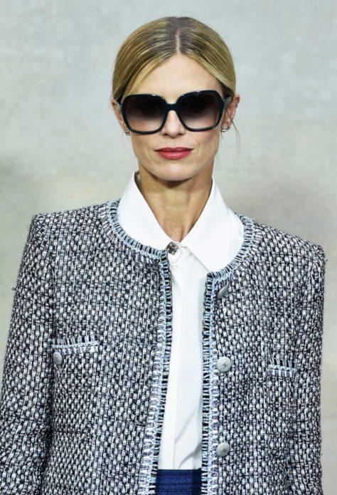 женщина в жакете и солнечных очках, деловой образ