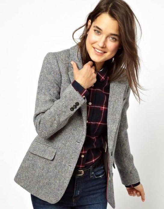 девушка в сером пиджаке, светлый фон