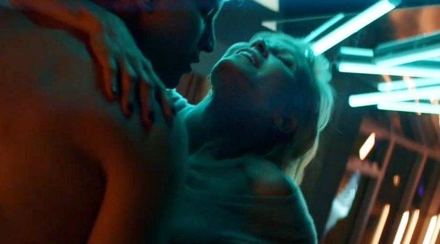 Дапкунайте снялась в эротической сцене в клипе