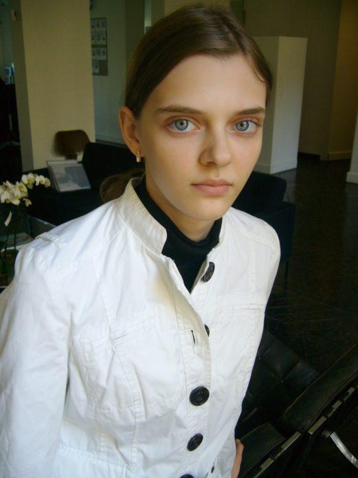 Мария Тельна в белой куртке