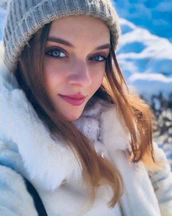 Мария Тельна в белой шубе