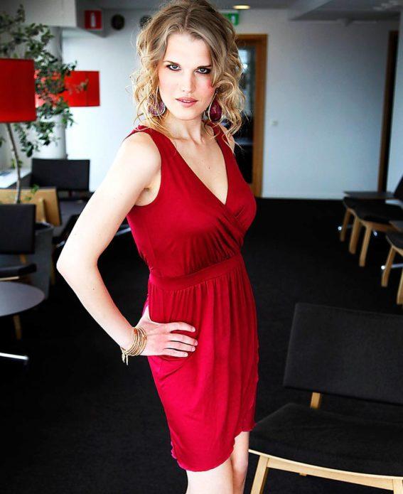 Эрика Ирвин в красном платье