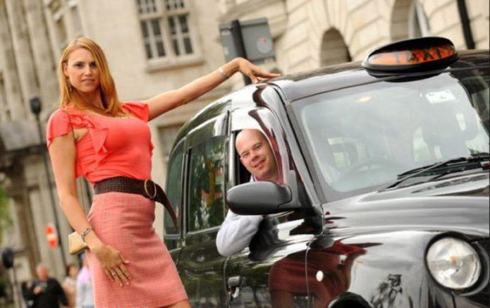 Эрика Ирвин возле такси