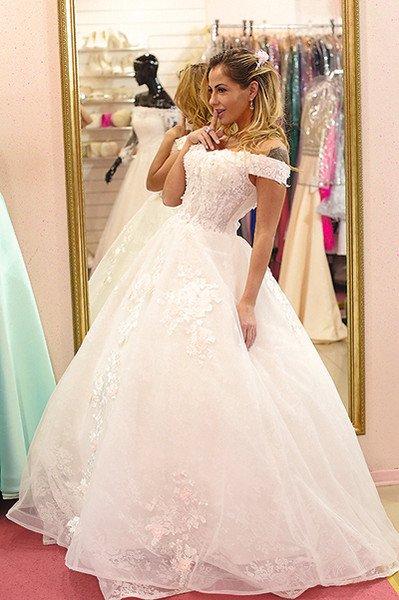 Елена Беркова выбрала пять свадебных платьев