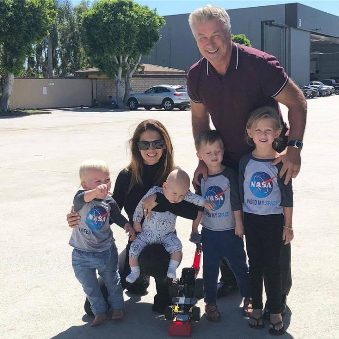 Алек и Хилария Болдуин с детьми