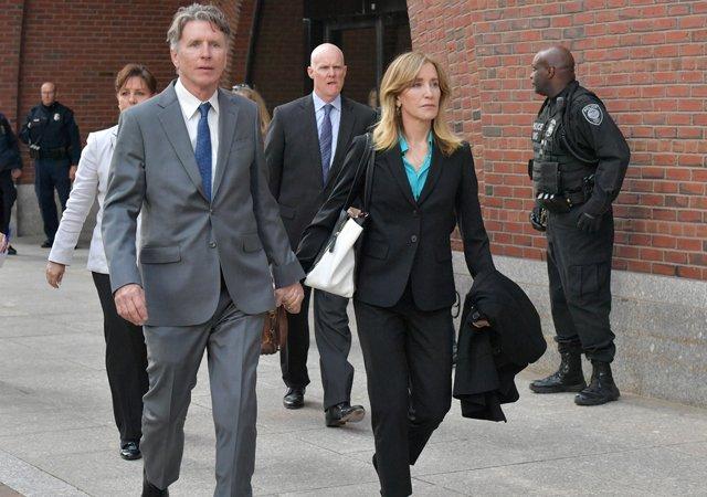 Хаффман с адвокатом перед началом суда