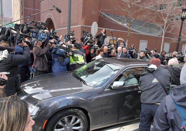 Фелисити подъезжает к зданию суда