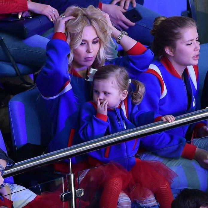 Пелагея впервые вышла на публику с маленькой дочкой