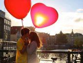 Целующаяся пара с шариками в форме сердца
