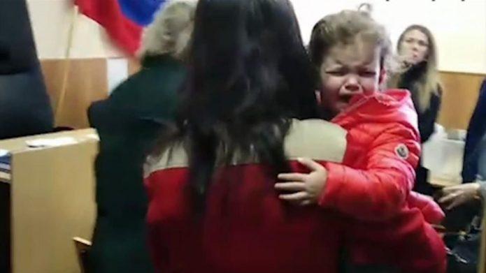 Суд жена Аршавина выносит ребенка из зала