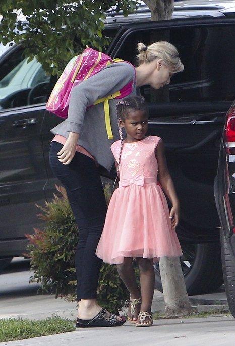 Актриса на прогулке с детьми