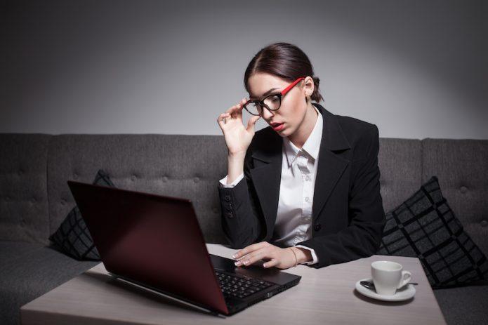 Девушка в пиджаке за компьютером