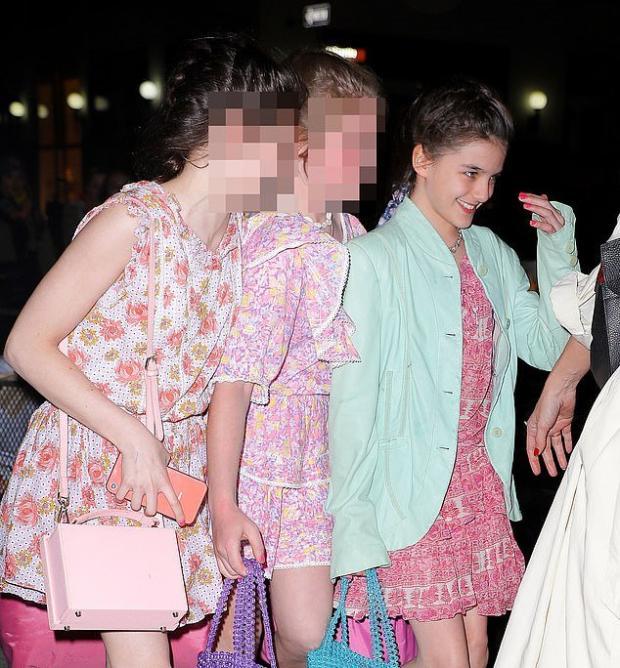Кэти Холмс с дочерью и её подругами
