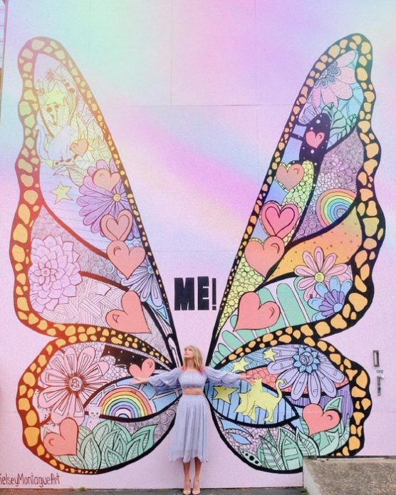 Мурал в виде крыльев бабочки