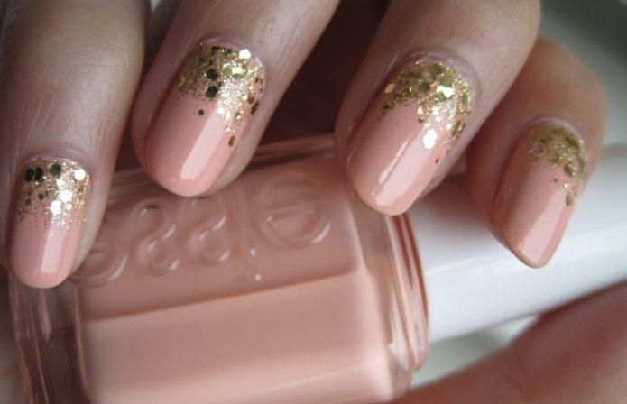 Пастельный розовый маникюр с золотыми блестками
