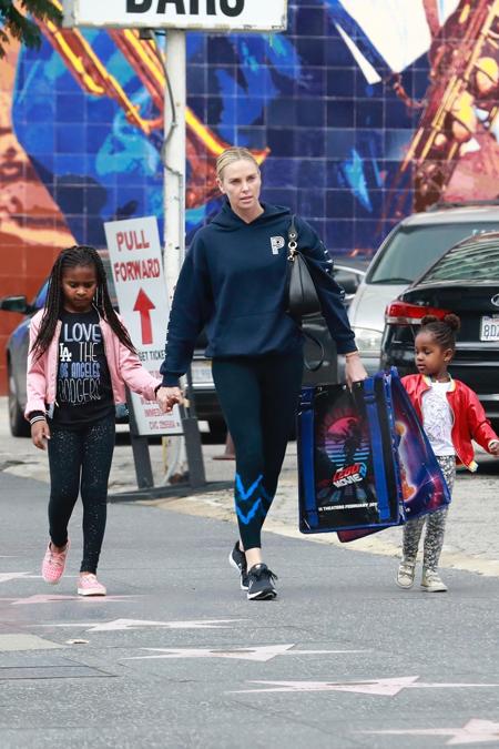 На прогулке с детьми