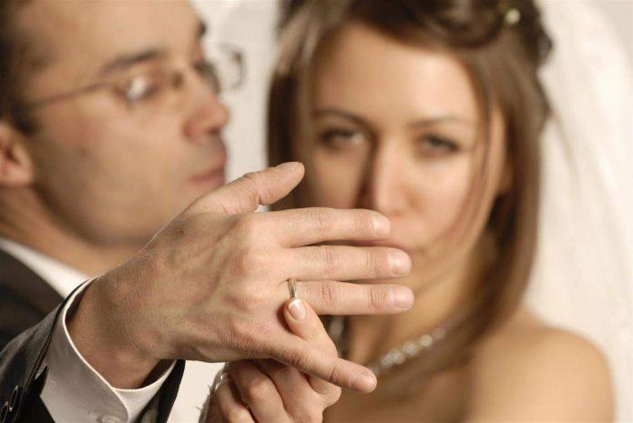 Невеста показывает кольцо на пальце мужа