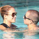 Крис Джадд и Дженнифер в бассейне